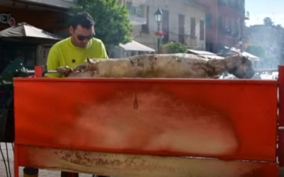 Ναύπλιο: Τουριστική ατραξιόν οι σούβλες με τα αρνιά – Εικόνες που ανοίγουν την όρεξη [pic, vid]