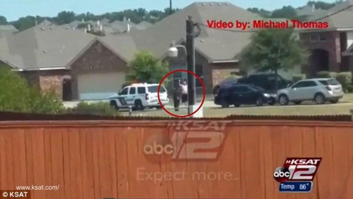 Νέο ντοκουμέντο βίας: Αστυνομικοί πυροβολούν εν ψυχρώ άνδρα που έχει παραδοθεί! (VIDEO)