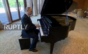 Ρεσιτάλ… φάλτσου από τον Πούτιν! Έφταιγε το… ξεκούρδιστο πιάνο! [vid]