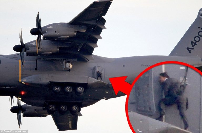 Αυτό θα πει επικίνδυνη αποστολή! Ο Τομ Κρουζ κρεμιέται σε αεροπλάνο εν πτήσει (ΦΩΤΟ)