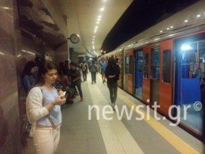 Προσοχή! Κλειστός ο σταθμός του τρένου στον Περισσό – Επιβάτης περπατάει στις ράγες [pics]