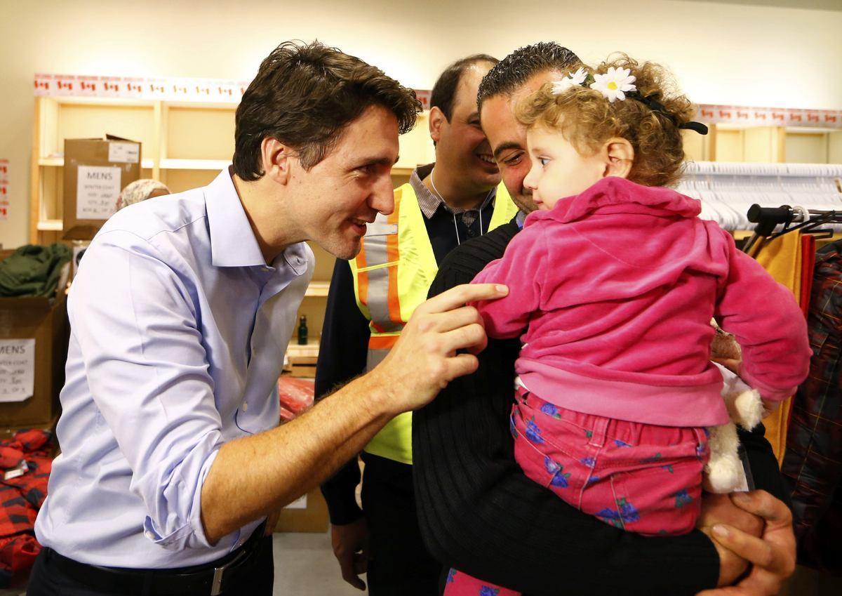 Ο πρωθυπουργός του Καναδά υποδέχτηκε Σύρους πρόσφυγες στο αεροδρόμιο! (ΦΩΤΟ, VIDEO)
