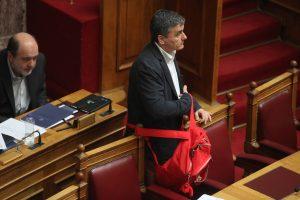 """Εκνευρίστηκε ο Τσακαλώτος στη Βουλή – Δεν απάντησε για την αμοιβή του """"συμβούλου Βαρουφάκη"""""""