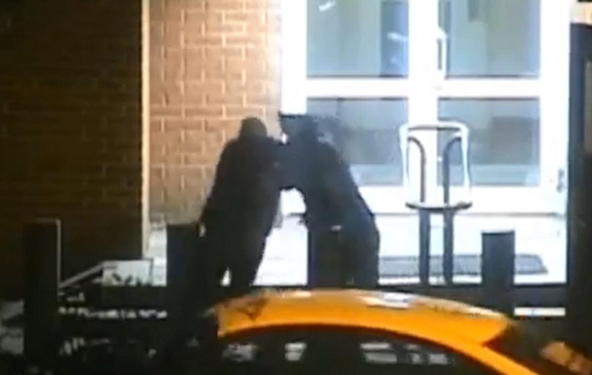 Άγριο ξύλο Ρώσου αστυνομικού με αμερικανό διπλωμάτη μπροστά από την πρεσβεία – ΒΙΝΤΕΟ