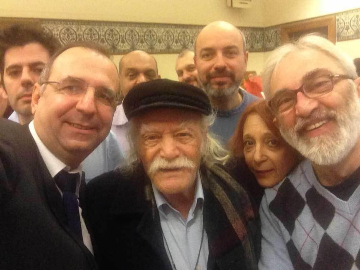 Οι κοινοβουλευτικοί συντάκτες με το Μανώλη Γλέζο