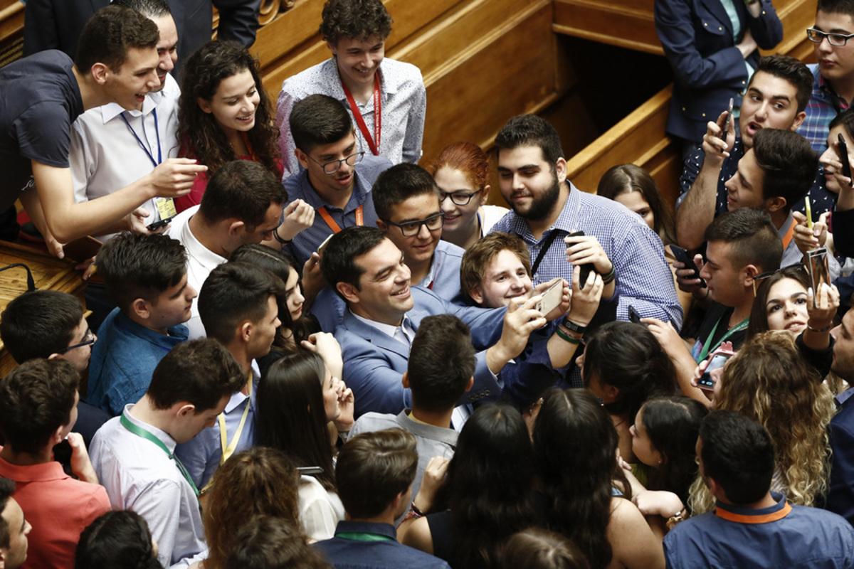 Συνωστισμός για μια selfie με τον Τσίπρα! (ΦΩΤΟ)