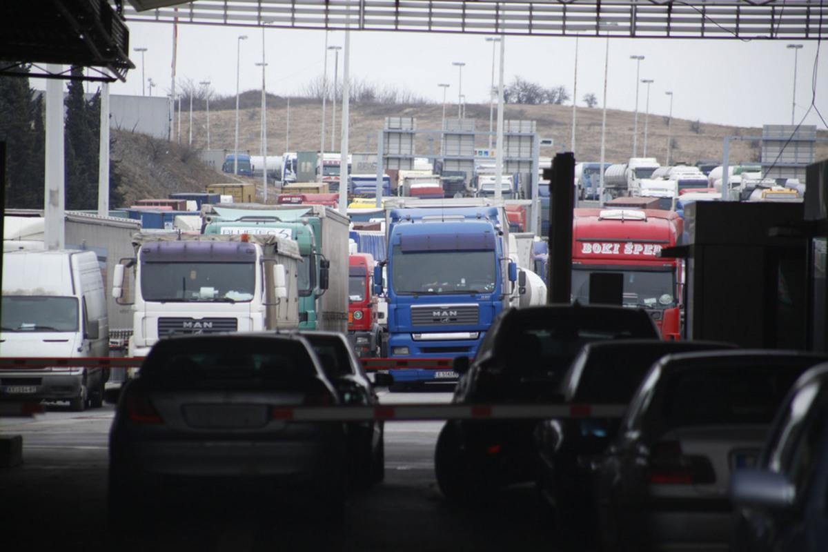 Εγκλωβισμένα φορτηγά στα σύνοτα - ΦΩΤΟ ΑΠΕ-ΜΠΕ
