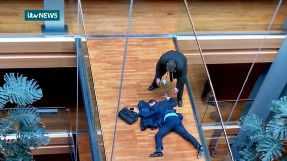 Σε κρίσιμη κατάσταση ευρωβουλευτής του Φάρατζ! Δέχθηκε επίθεση από συνάδελφό του!