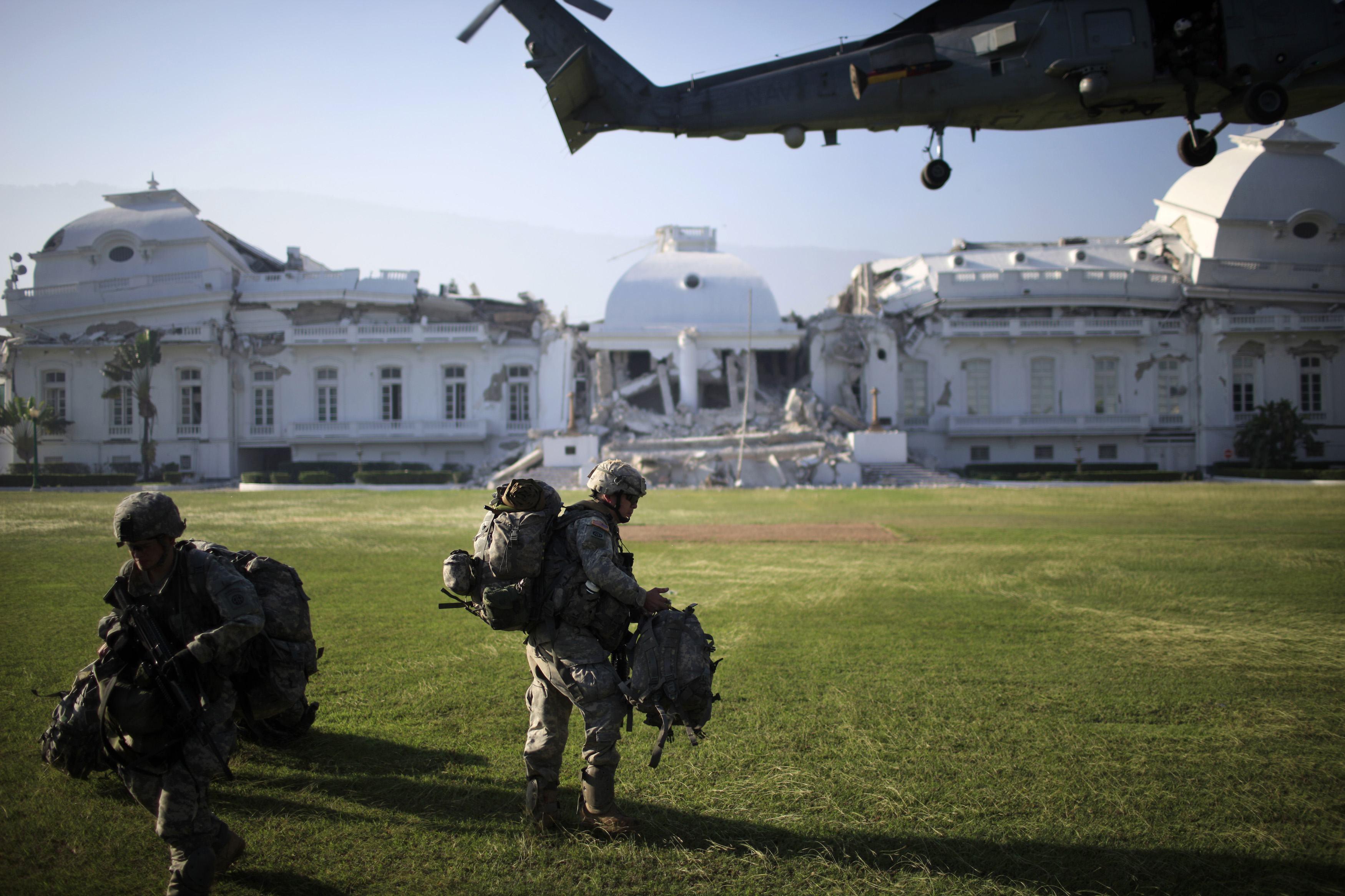 Αμερικανοί στρατιώτες αποβιβάζονται στα ερείπια του προεδρικού μεγάρου του Πορτ-ο-Πρενς  ΦΩΤΟ REUTERS
