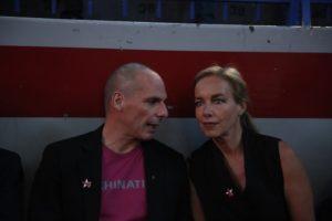 """Βαρουφάκης: Παρουσίασε το DiEM25 με θεατρικό μονόπρακτο, Δανάη Στράτου και μια """"εμμονική"""" παραδοχή"""