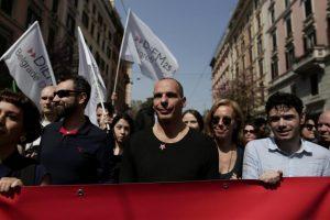 Σύνοδος Κορυφής: Ο Τσίπρας υπέγραφε και ο Βαρουφάκης με τον Θεοδωράκη διαδήλωναν [pics, vid]