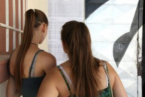 """Βάσεις 2015: """"Γκρεμοτσακίζονται"""" οι παραδοσιακά """"δυνατές"""" σχολές – Η εκτίμηση για τις βάσεις σε 25 σχολές"""