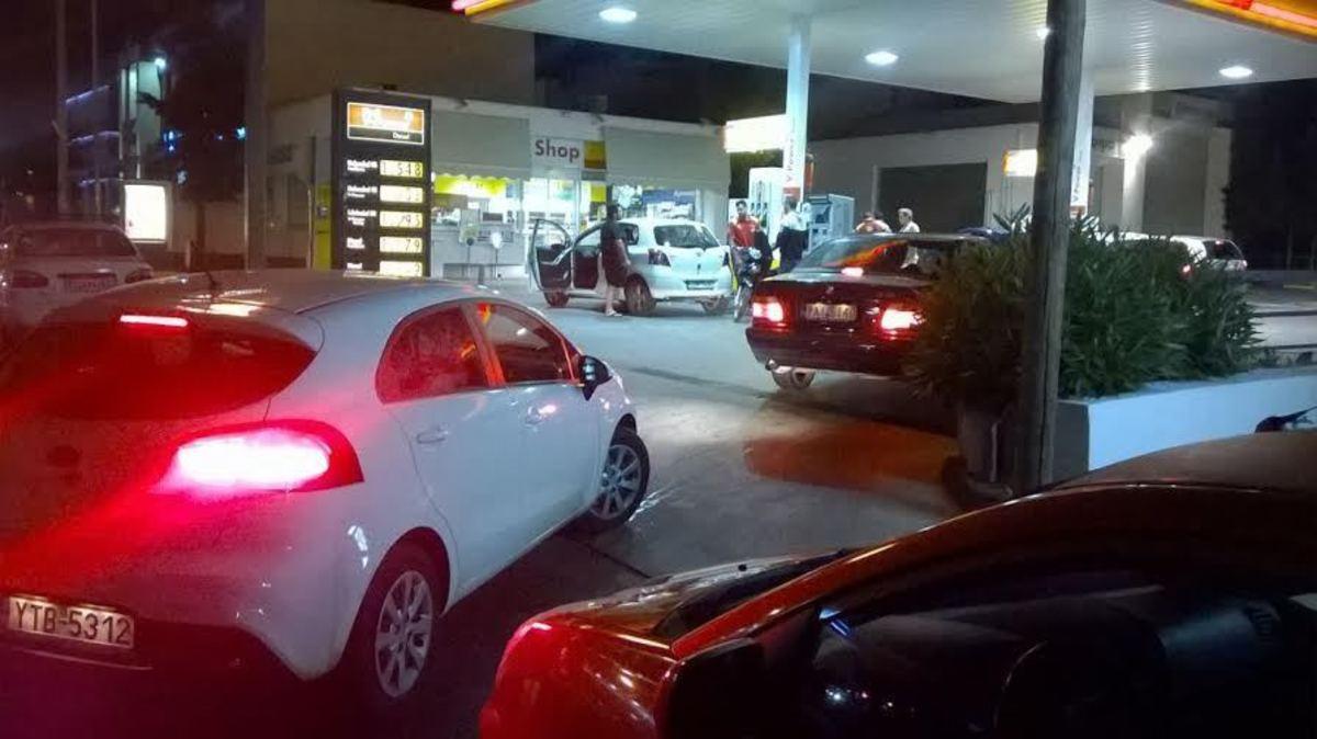 Ουρά σε βενζινάδικο στη Λεωφόρο Πάρνηθος που δέχεται χρεωστικές κάρτες