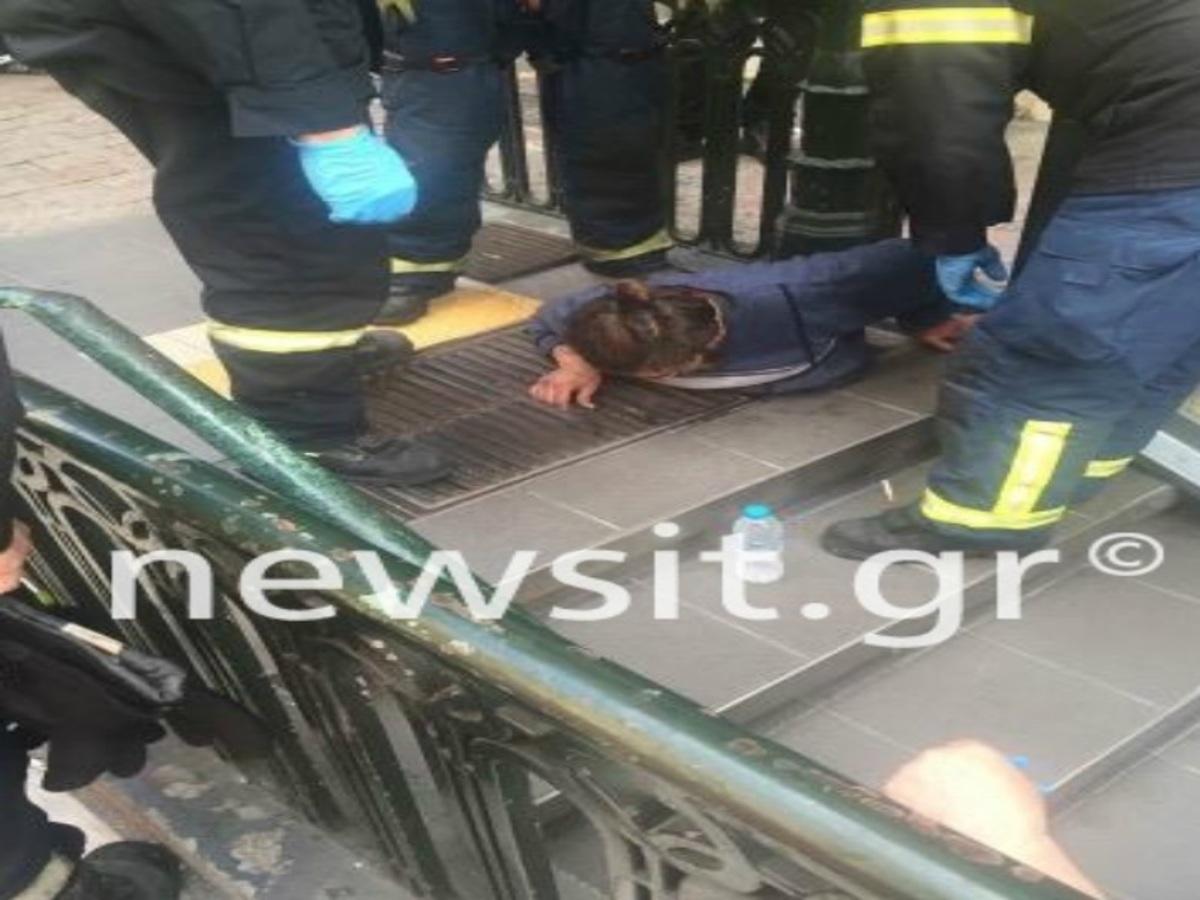 """Το πεζοδρόμιο """"κατάπιε"""" άντρα στην πλατεία Βικτωρίας – Σφήνωσε σε φρεάτιο [pic]"""
