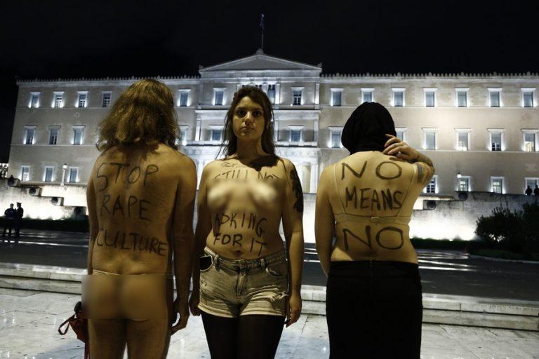 Γδύθηκαν μπροστά στη Βουλή! Διαμαρτυρία με αφορμή την Ημέρα της Γυναίκας [pics]