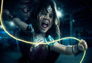 Φωτογράφος μετατρέπει την τρίχρονη κόρη του σε Wonder Woman! [pics,vid]