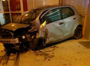 """Χανιά: """"Ιπτάμενο"""" αυτοκίνητο καρφώθηκε σε φαρμακείο – Απίθανο τροχαίο στη Σούδα [pics]"""
