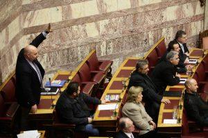 Νέο προκλητικό show της Χρυσής Αυγής στη Βουλή