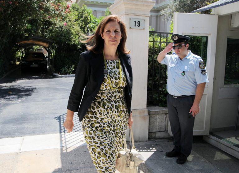 Ε. Χριστοφιλοπούλου: Να προσλαμβάνουν οι βουλευτές τους υπαλλήλους των γραφείων τους