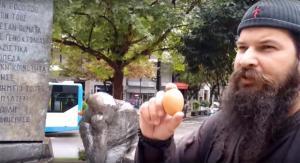 Λάρισα: Το νέο χυδαίο χτύπημα του παπά Κλεομένη – Αυγά και ύβρεις στο μνημείο του Ολοκαυτώματος [pics, vids]
