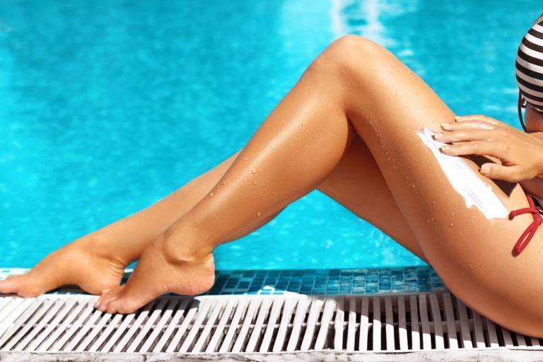 Ουσία στα αντηλιακά προκαλεί χημική αντίδραση όταν μπαίνετε στην πισίνα – Τι πρέπει να ξέρετε