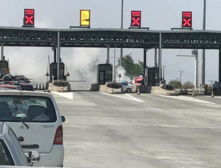 Λάρισα: Η στιγμή που αυτοκίνητο παίρνει φωτιά στα διόδια – Ουρές ταλαιπωρίας στο σημείο [pics]