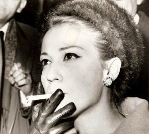 Ζωή Λάσκαρη: Η ατίθαση καλλονή με το… τσιγάρο – Η ανατρεπτική ζωή της σε εικόνες