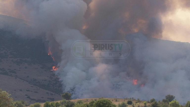 Φωτιά τώρα απειλεί το χωριό Ασβεστοχώρι στα Γιάννενα – Νέες εικόνες [pics, vids]
