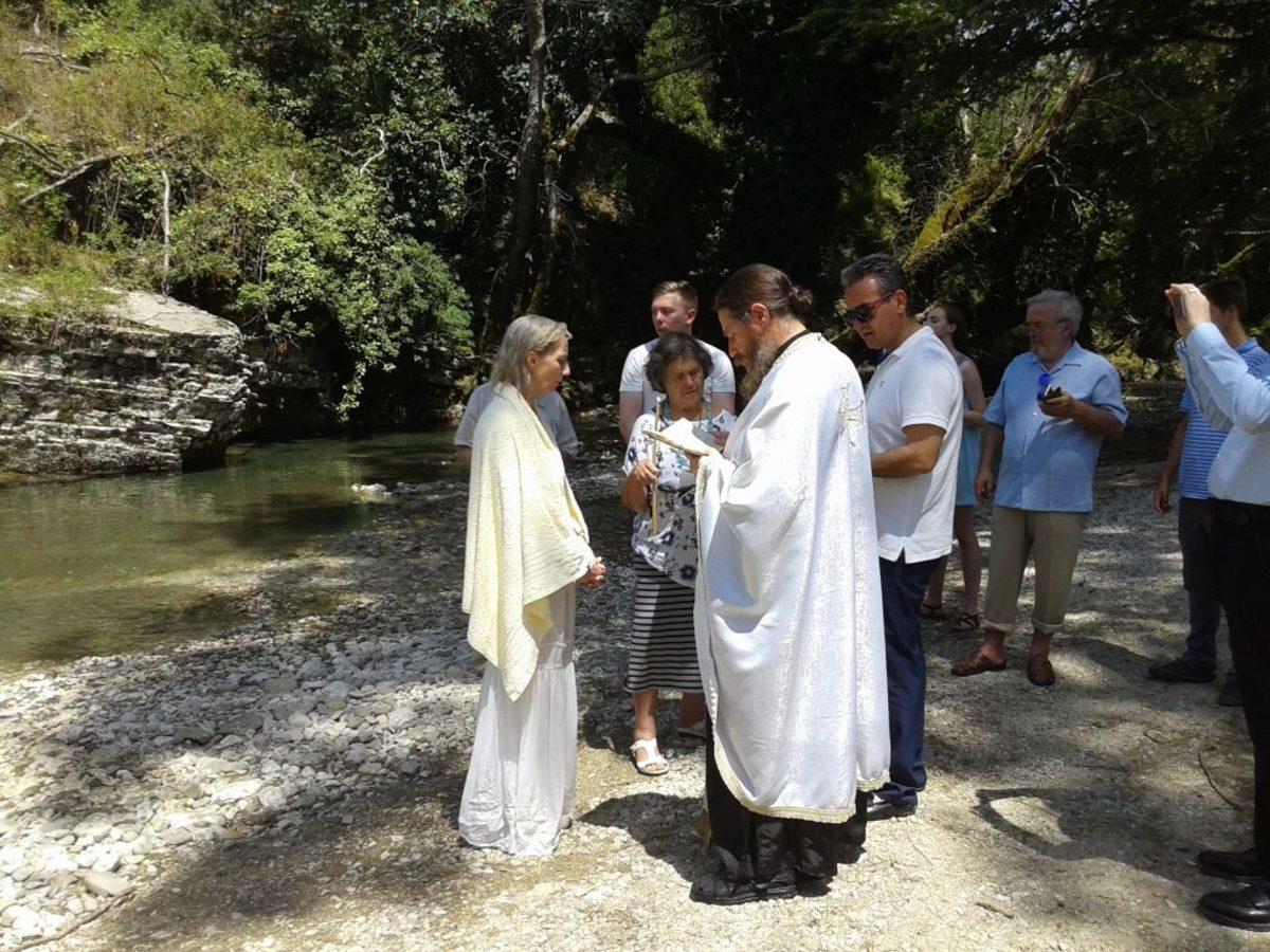 Ήρθε από την Αυστραλία για να βαπτιστεί Χριστιανή Ορθόδοξη [pics]