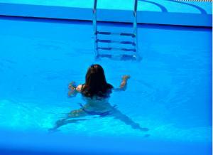 Κρήτη: Ήρθε σε επαφή με το νερό της πισίνας και πέθανε – Η μοιραία βουτιά με τα πόδια!