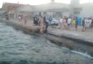 Θεσσαλονίκη: Έβγαλε τα ρούχα και βούτηξε στη θάλασσα του Θερμαϊκού – Η εξήγηση που έδωσε [vid]