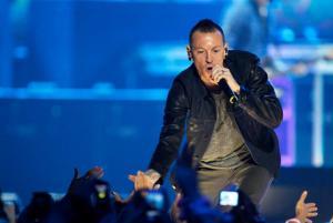 Κρεμάστηκε ο τραγουδιστής των Linkin Park