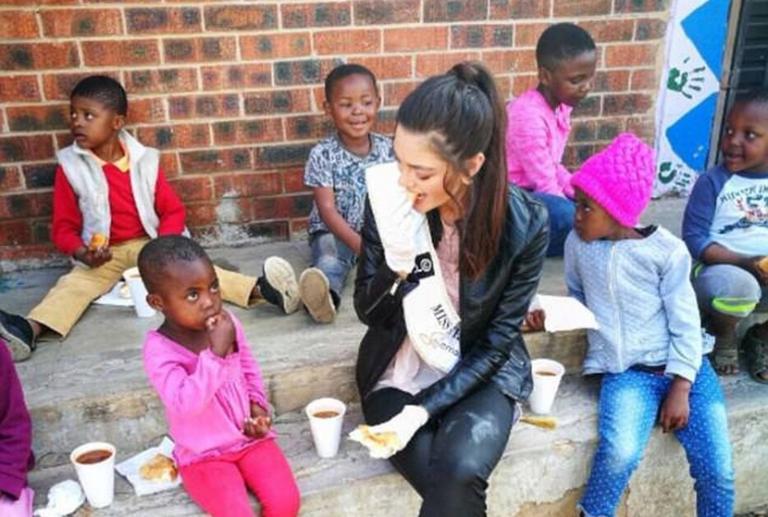 Σάλος για τη Μις Νότια Αφρική! Φόρεσε γάντια σε φιλανθρωπικό event με ορφανά