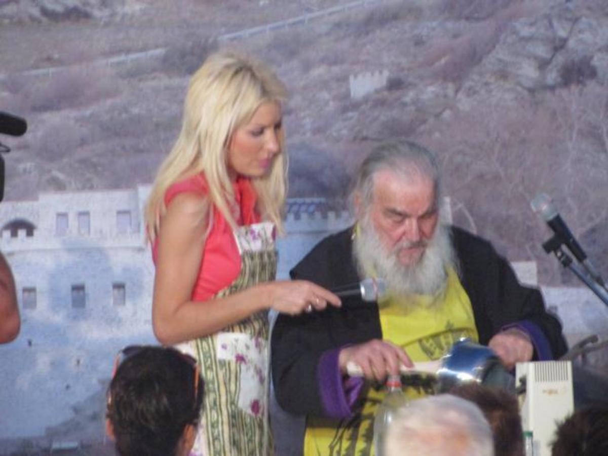 Άνδρος: Η Ελένη Μενεγάκη έβαλε ποδιά και μαγείρεψε μαζί με τον γέροντα Ευδόκιμο [vids]