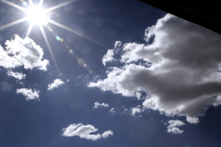Καιρός: Καύσωνας διαρκείας – Ποιες περιοχές θα πάρουν μικρή ανάσα