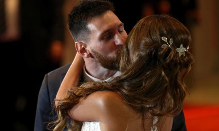 Ασυγκράτητος ο Μέσι! Το παθιασμένο φιλί στη νύφη [vid]
