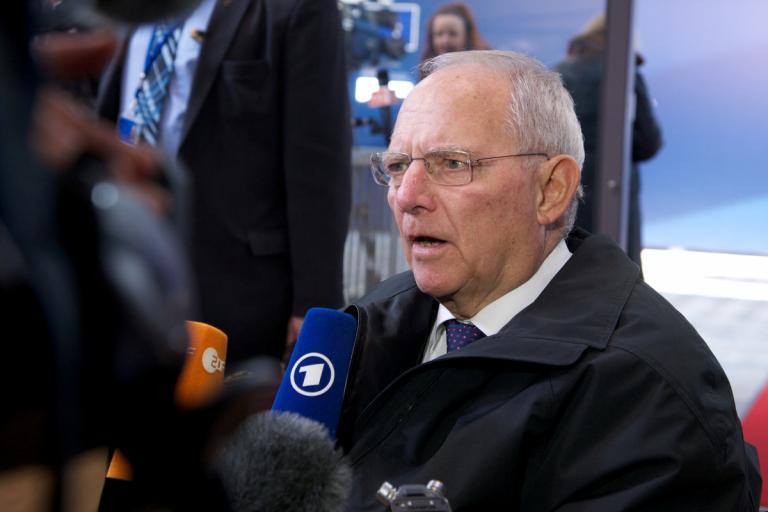 Σόιμπλε: Μην θεωρείτε δεδομένη την υποψηφιότητα Κάρενμπάουερ για την καγκελαρία