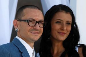 Chester – Linkin Park: Αγνώριστη και συντετριμμένη η γυναίκα του στην πρώτη της εμφάνιση [vid]