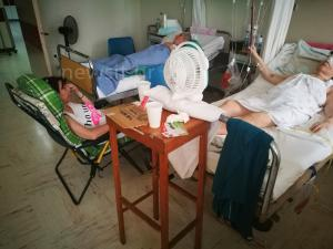 """Τριτοκοσμικές εικόνες! """"Ψήνονται"""" οι χειρουργημένοι στον Ευαγγελισμό! Φέρνουν ανεμιστήρες από το σπίτι!"""