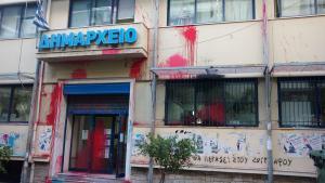 Καταδρομική επίθεση με βαριοπούλες στο Δημαρχείο Ζωγράφου [pics]