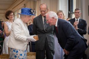 Σάλος στην Βρετανία για τον Καναδό που τόλμησε να αγγίξει την Βασίλισσα! [vids]