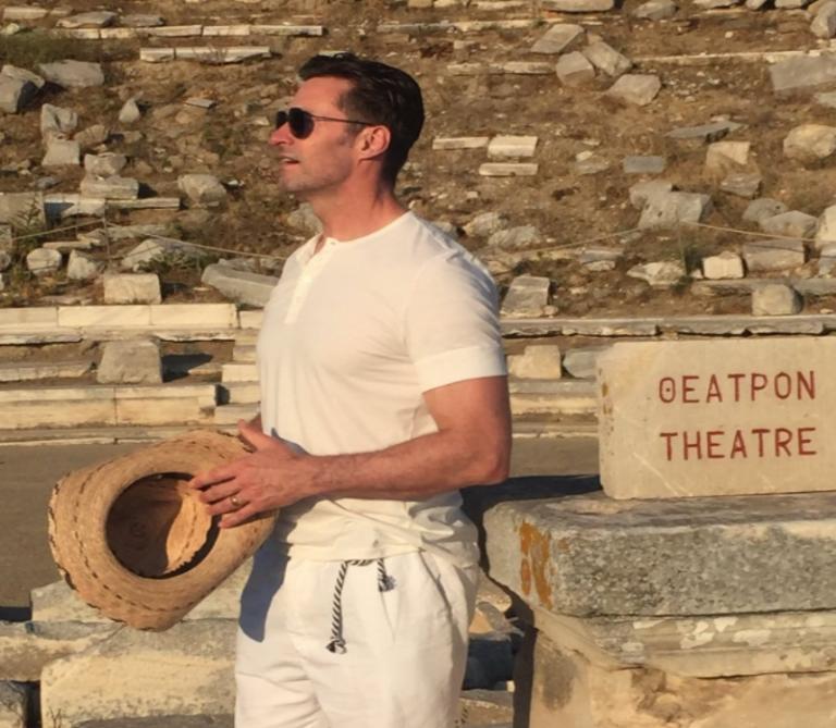 """Χιου Τζάκμαν: Υποκλίνεται στο """"εκπληκτικό"""" αρχαίο θέατρο της Δήλου [pic]"""