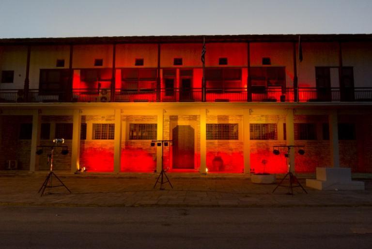 Στα χρώματα της Ισπανικής σημαίας το Δημαρχείο Βόλου για τα θύματα της Βαρκελώνης [pics]