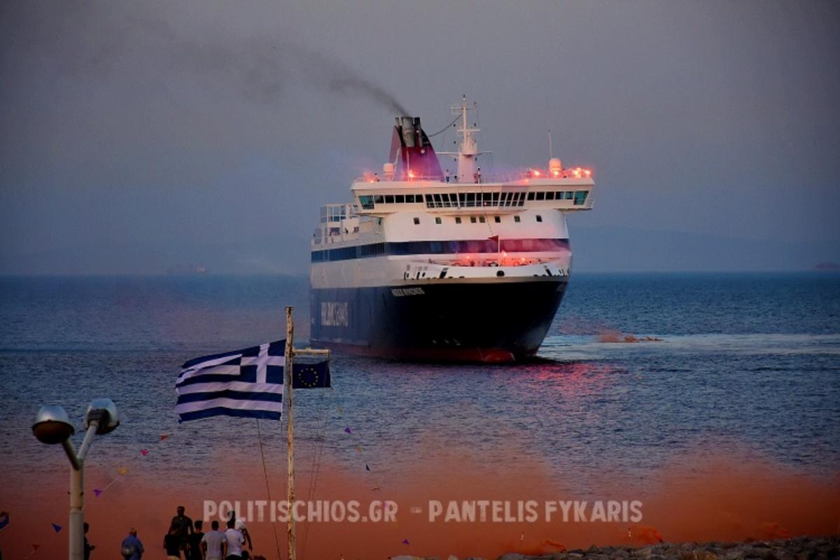 """Χίος: Ο εντυπωσιακός χαιρετισμός του πλοίου """"Νήσος Μύκονος"""" στην ιστορική εκκλησία που έχτισαν πρόσφυγες [vid]"""