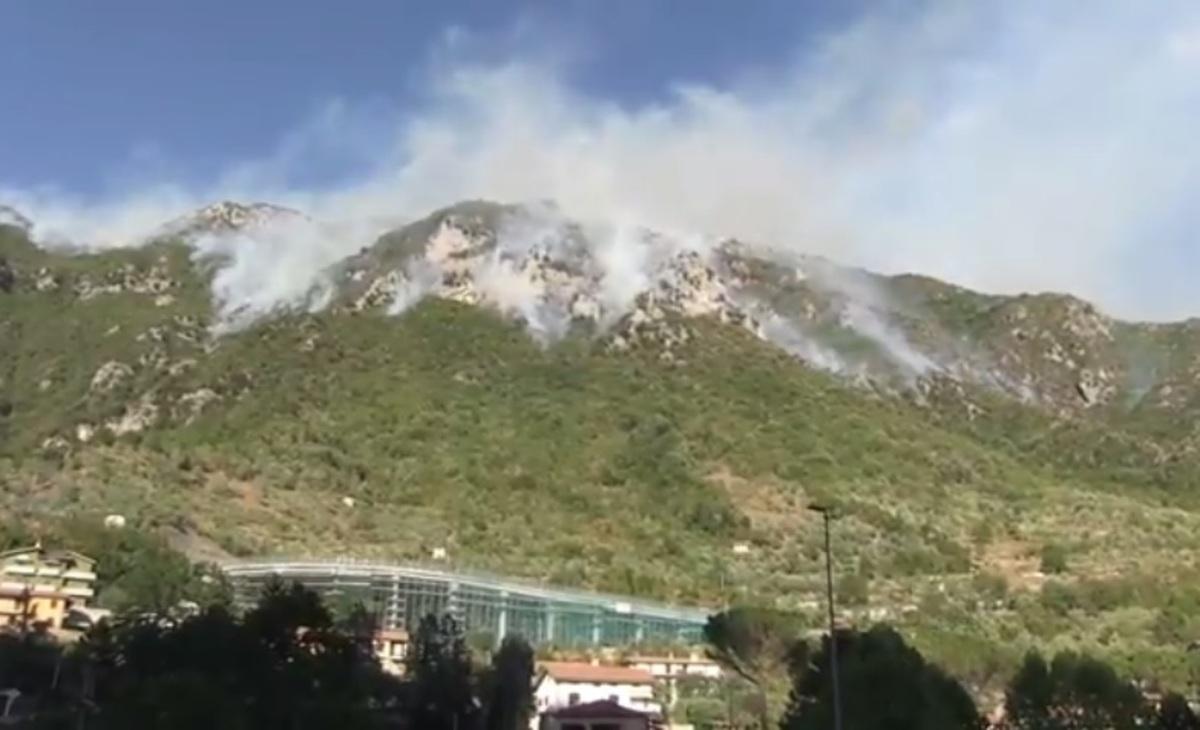 Μπαράζ πυρκαγιών στην Ιταλία – Κάηκαν τα δέντρα – ύμνος στον Μουσολίνι [vids]