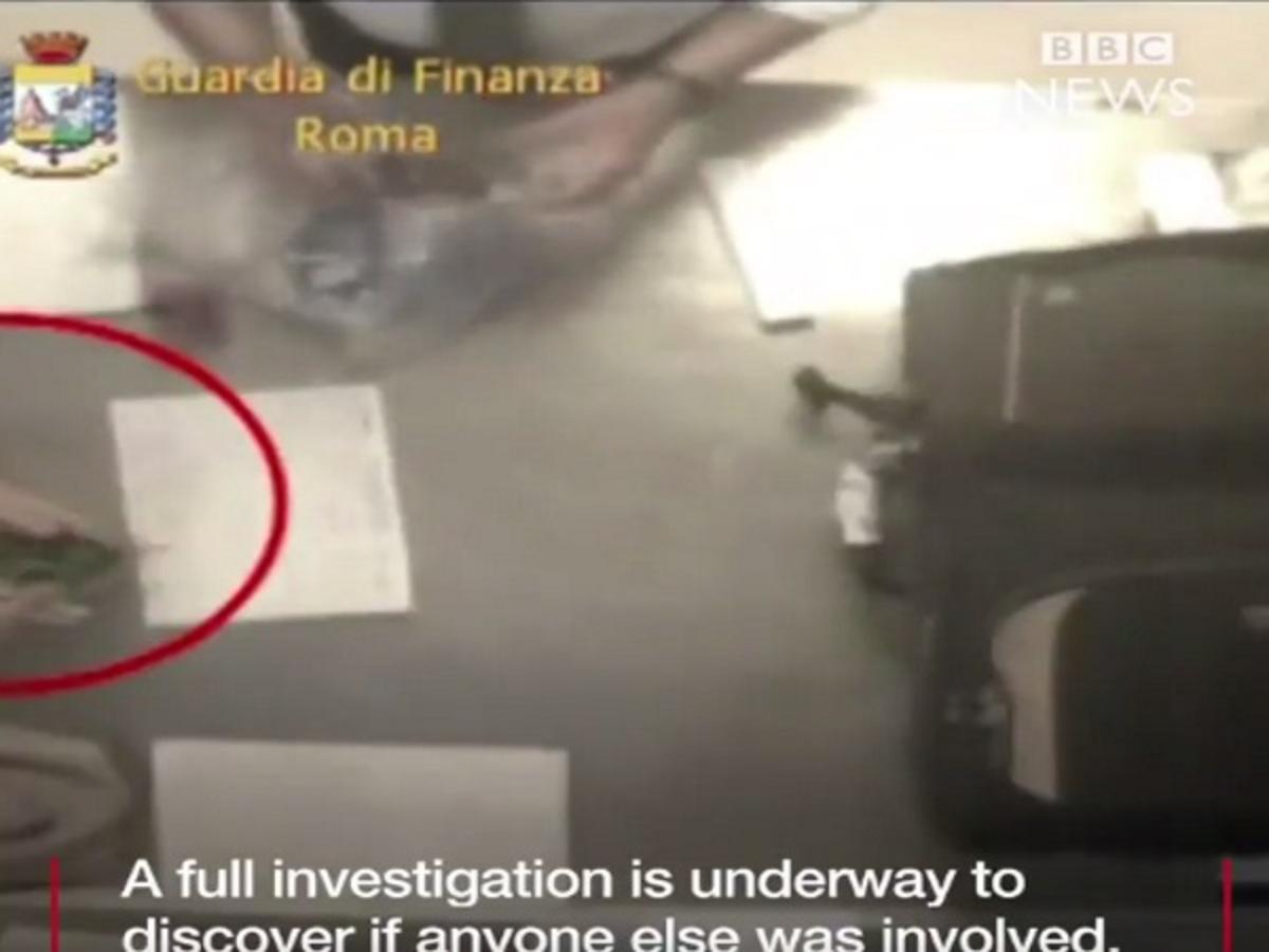 """Βίντεο ντοκουμέντο: Υπάλληλοι του αεροδρομίου """"Fiumicino"""" κλέβουν από τις αποσκευές!"""