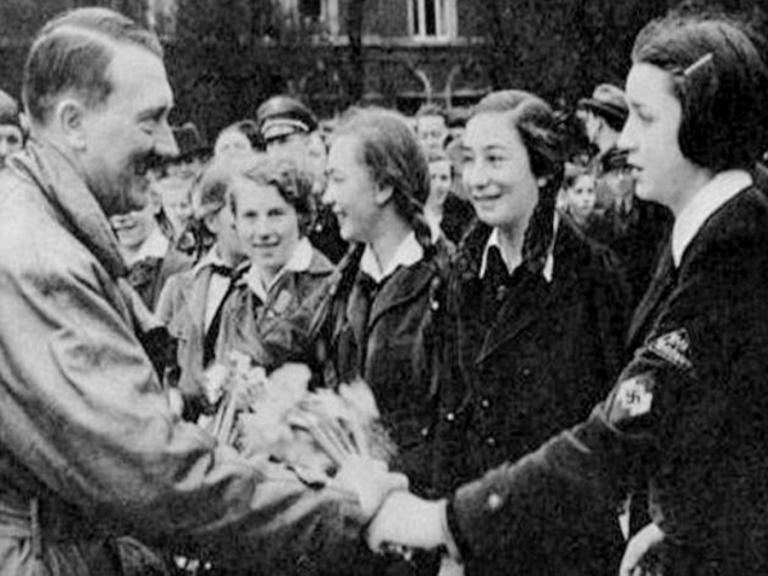 """""""Πνίξτε τον εχθρό στο ίδιο του το αίμα""""! Ο Χίτλερ στρατολογούσε 10χρονα κορίτσια! Χόρευαν γυμνά, τον υπάκουαν, τον ερωτεύονταν!"""