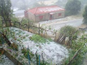 """Καιρός: Ήρθε ο…χειμώνας και σάρωσε τα πάντα! """"Άσπρισε"""" το Μέτσοβο από το χαλάζι"""