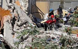 Νάπολη: Οκτώ ψυχές εγκλωβισμένες στα συντρίμμια! Σκάβουν με γυμνά χέρια! Σοκαριστικές φωτογραφίες