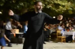 Κρήτη: Ο χορός του παπά ξεσήκωσε τους πάντες – Η λύρα τον έκανε να σηκωθεί από τη θέση του [vid]